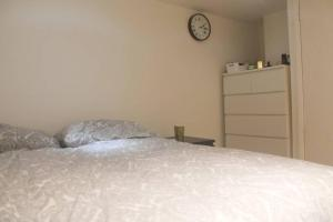 A bed or beds in a room at 1 BED FLAT