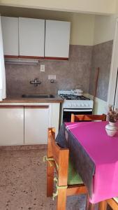 Una cocina o kitchenette en America Apartamentos Pinamar