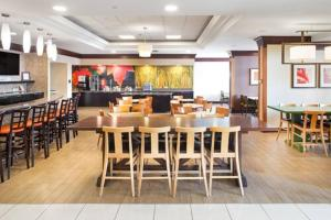 A restaurant or other place to eat at Fairfield Inn & Suites by Marriott Toronto Airport