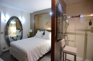 A bed or beds in a room at Chambre d'hôtes Vue sur la Muraille de Sens