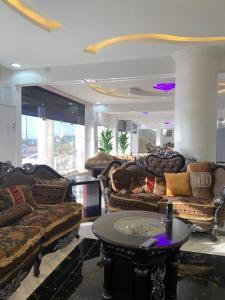 Uma área de estar em فندق النخيل السليل
