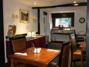 A restaurant or other place to eat at The George Hotel Pangbourne