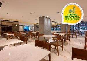 A restaurant or other place to eat at Lets Idea Brasília Hotel