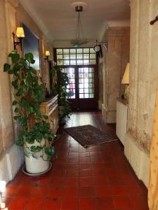 The lobby or reception area at Au Saint Roch - Hôtel et Jardin