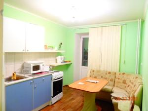 Кухня или мини-кухня в Uchebnaya 7 - 2 Bedroom