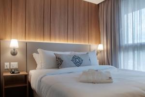 A bed or beds in a room at Exclusive Gramado by Gramado Parks