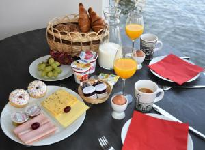 Breakfast options available to guests at Houseboat Martinique