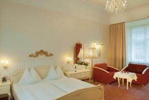 A bed or beds in a room at Pertschy Palais Hotel
