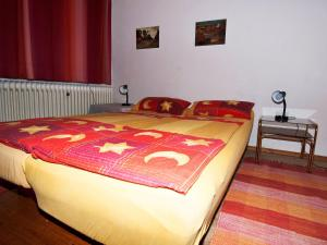 A bed or beds in a room at Classy Holiday Home in Schnabelwaid bei Bayreuth with Sauna