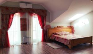 Кровать или кровати в номере Gostinitsa Medvedeff Cherdakli