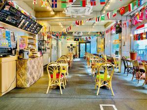 Een restaurant of ander eetgelegenheid bij Sakura Hostel Asakusa