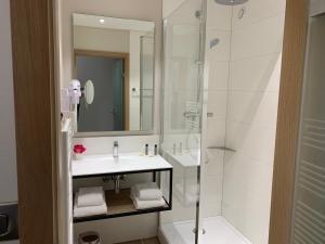 A bathroom at Hôtel Restaurant Au Boeuf