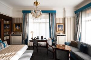 Uma área de estar em Hôtel Napoleon Paris