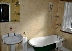 A bathroom at Highfield House Guesthouse