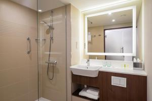 A bathroom at Courtyard by Marriott Inverness Airport