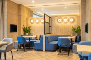 The lounge or bar area at Courtyard by Marriott Inverness Airport