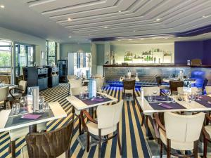 A restaurant or other place to eat at Mercure Paris Orly Rungis Aéroport