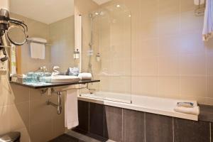 Een badkamer bij Hotel Barcelona Aeropuerto, affiliated by Meliá