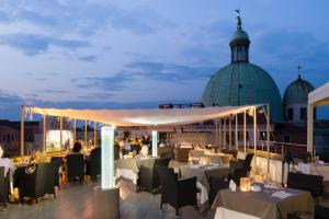 A restaurant or other place to eat at Hotel Carlton On The Grand Canal