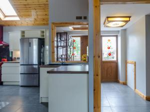 A kitchen or kitchenette at Avoca Lodge
