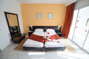 Een bed of bedden in een kamer bij Hotel Liberty Resort