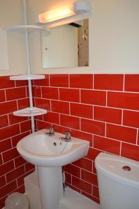 A bathroom at Ayrton House Holiday Apartments