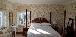 A bed or beds in a room at Wychwood House