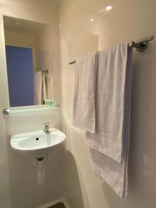 A bathroom at Wenlock Court (Campus Accommodation)