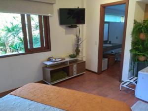 Uma TV ou centro de entretenimento em Bromélia Sabiá & Cia