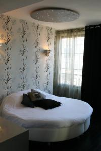 A bed or beds in a room at Le Parvis