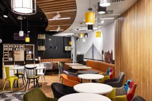 A restaurant or other place to eat at Holiday Inn Express - Warsaw - The HUB, an IHG Hotel