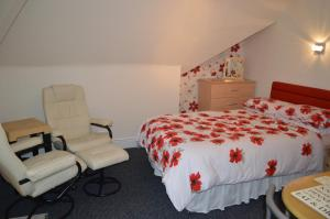 A bed or beds in a room at Ayrton House Holiday Apartments