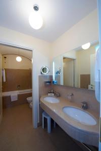 A bathroom at Grand Hotel Piazza Borsa