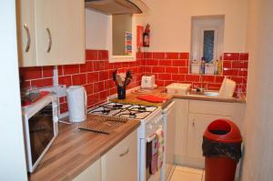 A kitchen or kitchenette at Ayrton House Holiday Apartments