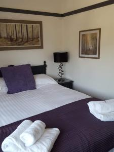 A bed or beds in a room at The George Inn Middle Wallop