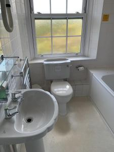 A bathroom at The Cromwell Arms Inn