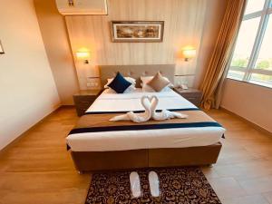 Cama ou camas em um quarto em Banan Hotel Suites