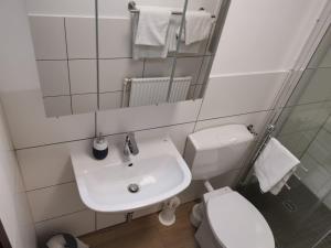 A bathroom at Gästehaus Häuser