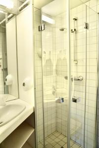 A bathroom at Ro Hotel