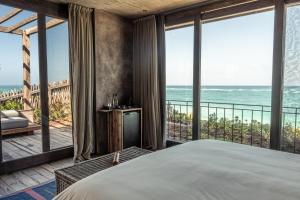 Una vista general del mar o el mar tomado desde el hotel