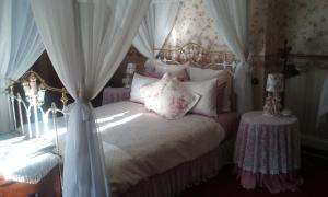 A bed or beds in a room at Lisburn House Dunedin