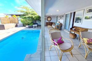 Uma vista da piscina em Villa Vahinetua ou nos arredores