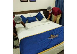 A bed or beds in a room at Hotel Mulberry Konnect - Lonavala