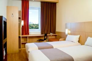 A bed or beds in a room at ibis Marseille Provence Aéroport