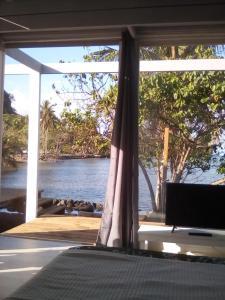Uma TV ou centro de entretenimento em bungalow lagon view