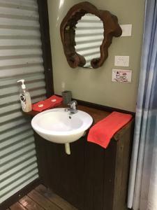Ein Badezimmer in der Unterkunft Rainforest Hideaway