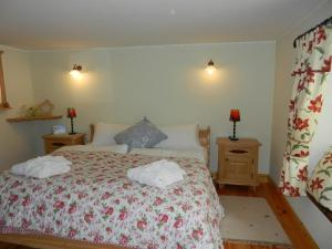 A bed or beds in a room at Armidale Cottages B&B