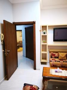 Uma TV ou centro de entretenimento em شقة مستقلة في فيلا سكنية