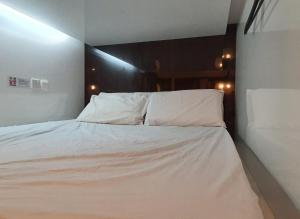 Ein Bett oder Betten in einem Zimmer der Unterkunft Vintage Inn Boutique Capsule @ Little India