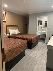 A bed or beds in a room at Colusa Motel